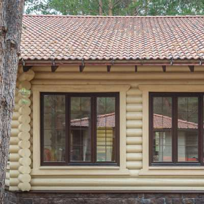 Окна в доме из бревна