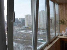 Остеленный балкон в новостройке